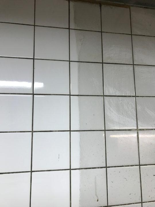 クリーニング中の壁